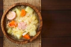 Суп или тушёное мясо Sauerkraut с Bratwurst стоковые фото