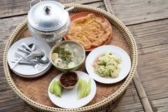 Суп и омлет каши тайского завтрака установленные Стоковые Фото