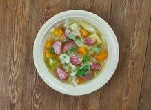 Суп капусты сосиски Andouille бака глиняного кувшина Стоковые Изображения