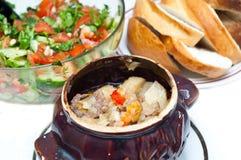 суп картошки бака глиняного кувшина говядины полный Стоковое фото RF