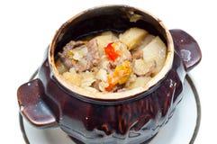 суп картошки бака глиняного кувшина говядины полный Стоковое Изображение