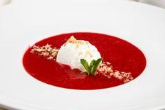 Суп клубники с мороженым и мятой стоковые изображения rf