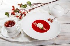 Суп клубники с мороженым и мятой стоковые фотографии rf