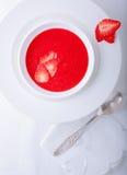 Суп клубники, который служат на белой плите Стоковые Изображения