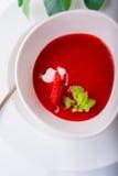 Суп клубники с мятой в белой плите Стоковое Изображение RF