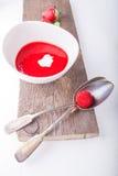 Суп клубники с ложкой стоковое изображение rf