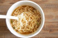 Суп лапши во взгляде чашки от верхней части, лапшей быстрого приготовления стоковые фотографии rf