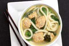 Суп лапши с фрикадельками цыпленка и шпинатом младенца Стоковая Фотография RF