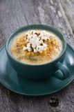 Суп мозоли с попкорном в керамической чашке на деревянном столе, вертикальном Стоковое Изображение RF