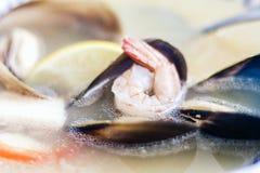 Суп морепродуктов с мидиями, креветками и рыбами в белом шаре с голубым орнаментом в ресторане стоковая фотография rf
