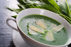 Суп одичалого чеснока с пармезаном стоковое фото rf