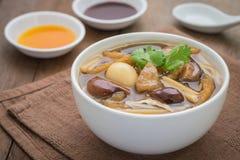 Суп пасти рыб в шаре Стоковая Фотография