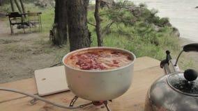 Суп сваренные внешние на плитае газа видеоматериал