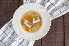 Суп свежих рыб с окунем и овощами щуки в белой плите Стоковая Фотография RF