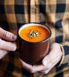 Суп сливк тыквы в деревенской кружке стоковые изображения