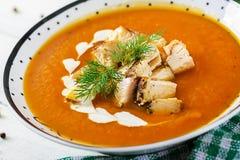 Суп сливк тыквы с частями мяса цыпленка стоковые фотографии rf