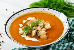 Суп сливк тыквы с частями мяса цыпленка стоковые изображения rf
