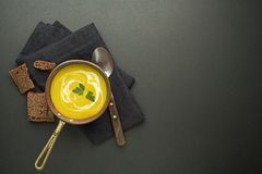 Суп с овощем и травами Стоковые Изображения