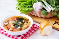 Суп с фасолями на таблице стоковые изображения