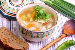 Суп с pelmeni, картошкой, морковами представил с зеленым onio Стоковые Изображения RF