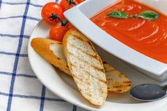 Суп томата в белой плите стоковое фото