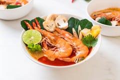 Суп Тома Yum Goong пряный кислый стоковые изображения rf