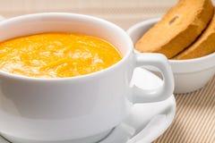 Суп тыквы в белом шаре Стоковые Изображения