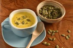 Суп тыквы в голубом шаре Стоковые Изображения