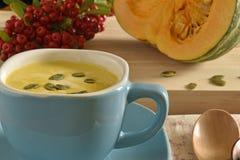 Суп тыквы в голубом шаре Стоковые Фото