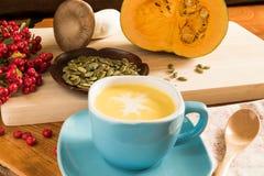 Суп тыквы в голубом шаре Стоковые Изображения RF