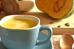 Суп тыквы в голубом шаре Стоковая Фотография