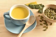 Суп тыквы в голубом шаре Стоковое Изображение