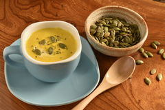 Суп тыквы в голубом шаре Стоковое Фото