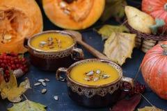 Суп тыквы в плитах против темной предпосылки стоковое изображение
