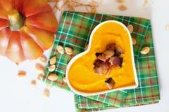 Суп тыквы в шаре сердца форменном Стоковые Изображения RF