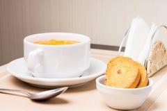 Суп тыквы в шаре с гренком Стоковые Изображения RF