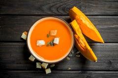 Суп тыквы в шаре с сухарями стоковое изображение