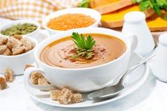 Суп тыквы и чечевиц в шаре Стоковое Изображение