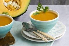Суп тыквы, который служат в шаре стоковые изображения