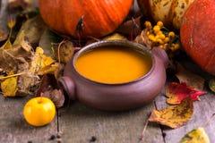 Суп тыквы осени в домашнем произведенном шаре на естественном столе стоковое фото rf