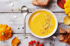 Суп тыквы осени украсил семена и тимиан в белом шаре на деревенском взгляд сверху деревянного стола Уютный образ жизни снятый на  стоковые изображения