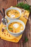 Суп тыквы с арахисами на деревянном столе стоковые фото