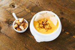 Суп тыквы с лисичками, пармезаном и гренками Стоковое Фото