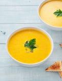 Суп тыквы с лист петрушки на светлой предпосылке Стоковые Изображения RF