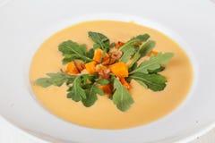 Суп тыквы с кусками, arugula, чесноком и розмариновым маслом жарит на верхней части Стоковые Фото