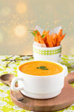 Суп тыквы с морковью откалывает на деревянной стойке Стоковые Изображения