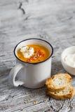 Суп тыквы с паприкой в керамических кружках Стоковые Фото