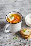 Суп тыквы с паприкой в керамической кружке Стоковые Фото