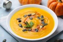 Суп тыквы с семенами тыквы и паприкой, очень вкусной едой Vegan, вегетарианской едой стоковое изображение