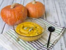 Суп тыквы с семенами сливк и тыквы стоковая фотография